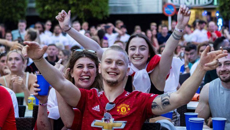 Afición inglesa disfruta en pantallas de la Final entre Italia e Inglaterra