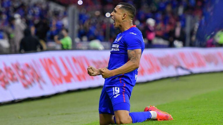 Yotún festeja un gol con La Máquina