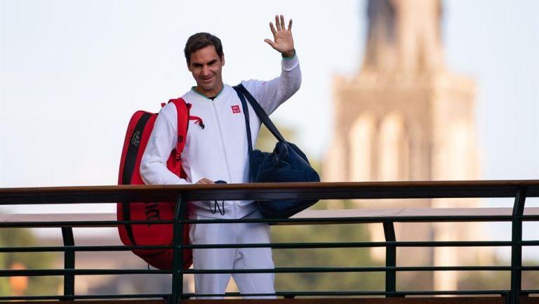 Roger Federer cruza el puente de jugadores en The All England Lawn Tennis Club, Wimbledon
