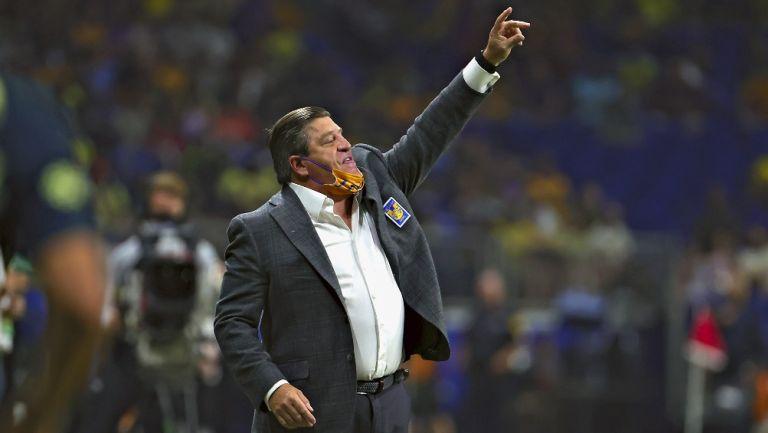 Miguel Herrera durante un partido con Tigres