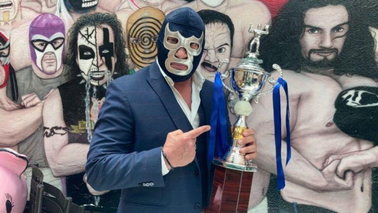 Blue Demon Jr. posando con un trofeo