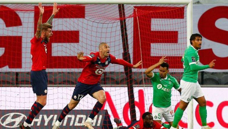 Burak Yilmaz reclama un supuesto penalti al árbitro ante el Saint Etienne