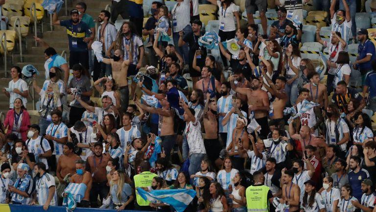 Aficionados de Argentina festeja gol en la Copa América