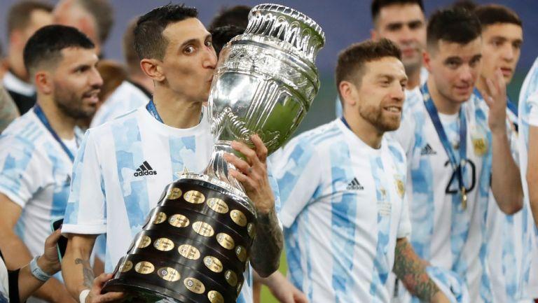 Ángel Di María besa el trofeo de la Copa América