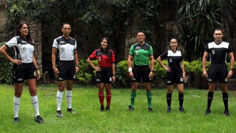 Los árbitros presentaron su uniforme