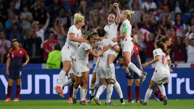 Selección de Inglaterra Femenil celebra