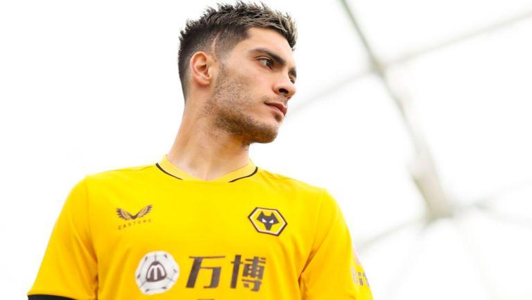 Raúl Jiménez posa con la playera del Wolverhampton