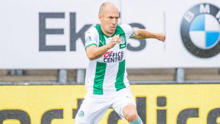 Arjen Robben durante un duelo con el Groningen