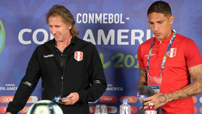 Gareca y Paolo Guerrero durante una conferencia