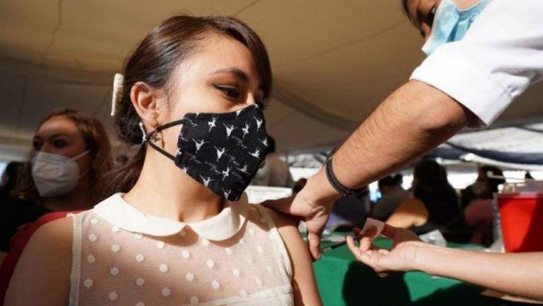 Mexicana es vacunada contra el Coronavirus