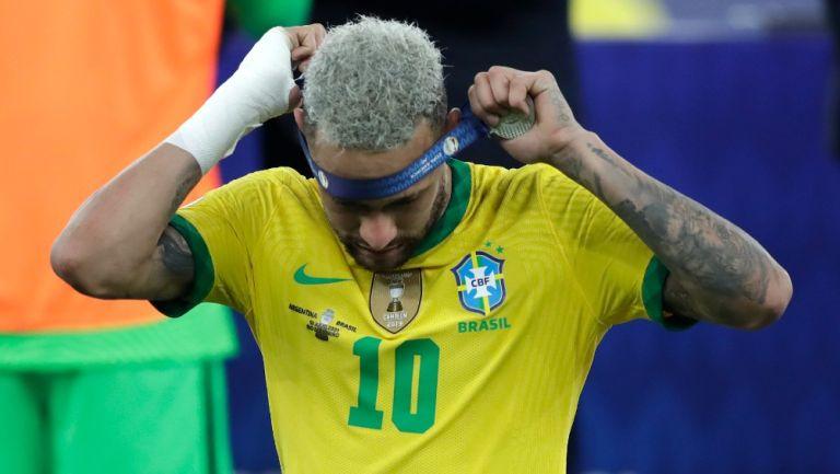 Neymar Jr se quitó la medalla de segundo lugar al perder la Final contra Argentina