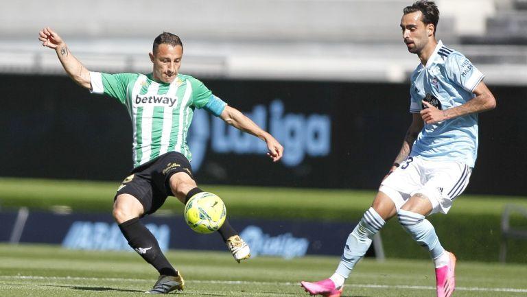 Andrés Guardado en acción con Betis