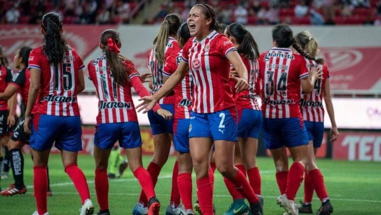 Jugadores de Chivas festejando un gol a favor