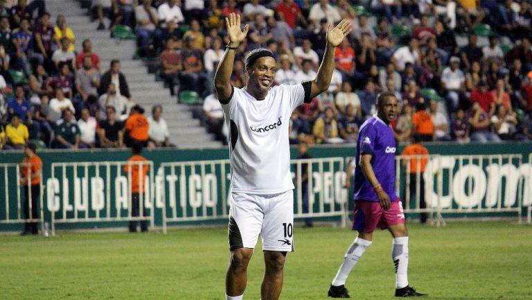 Ronaldinho en un partido amistoso