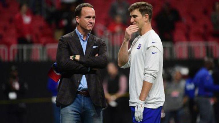 Peyton y Eli Manning en un campo de futbol americano