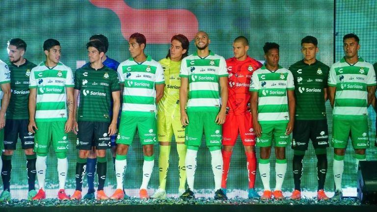 Santos presentó sus nuevos uniformes