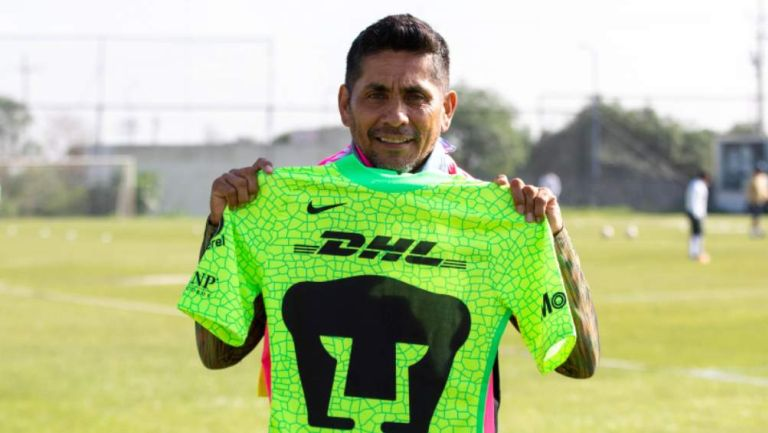 Jorge Campos con playera de Pumas