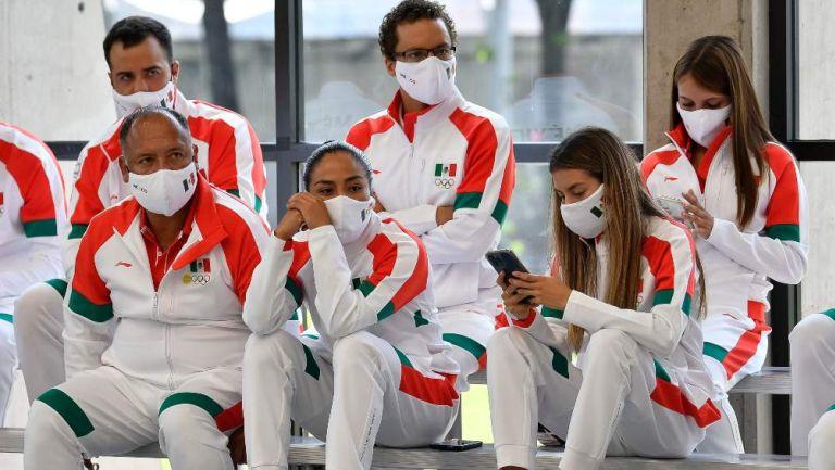Atletas mexicanos en abanderamiento