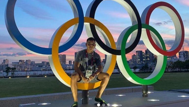Charly Rodríguez posa con los aros olímpicos