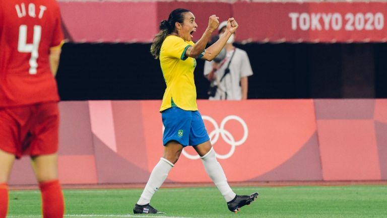 Marta festeja su anotación con la Selección de Brasil