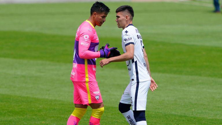 Alfredo Talavera y Johan Vásquez en un duelo de Pumas