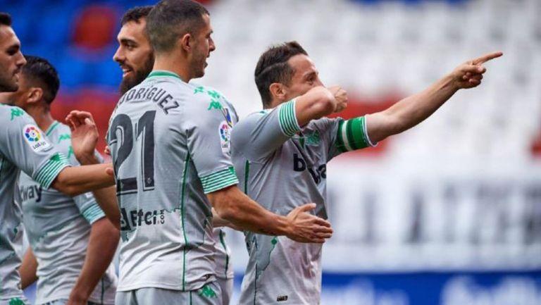 Guido Rodríguez y Andrés guardado celebran con el Real Betis