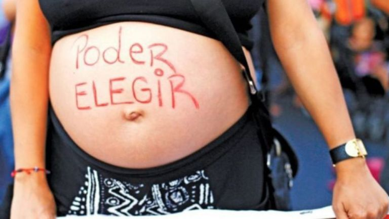 Mujer se manifiesta a favor del aborto legal