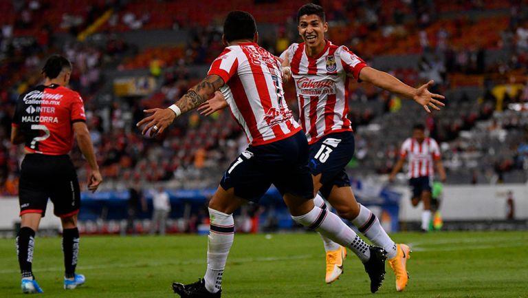 Ángel Zaldívar celebrando un gol con Alexis Vega