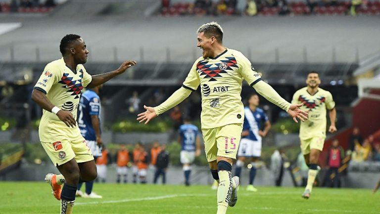 Renato Ibarra y Nico Castillo durante un partido con América
