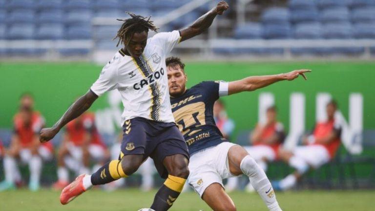 Moise Kean y Freire en el duelo entre Pumas y Everton