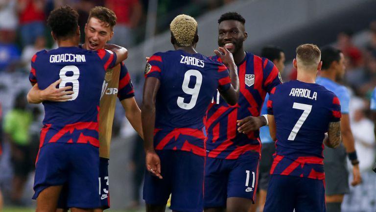 Jugadores de Estados Unidos festejan tras el triunfo