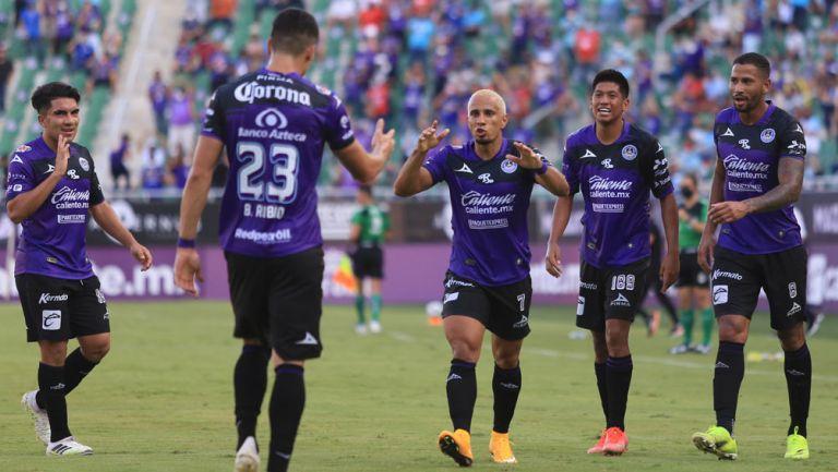Jugadores del Mazatlán, en festejo de gol