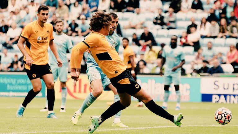 Fabio Silva en acción con los Wolves