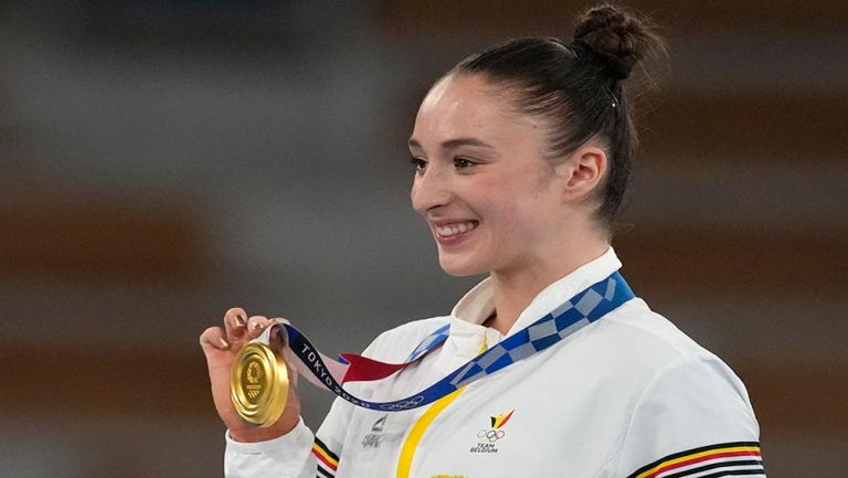 Nina Derwael posa con su medalla de oro