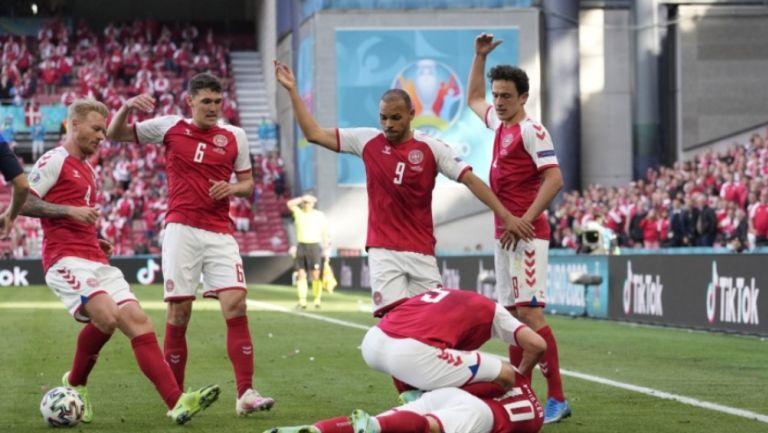 Martin Braithwaite y los jugadores de Dinamarca pidiendo asistencia a Erikssen