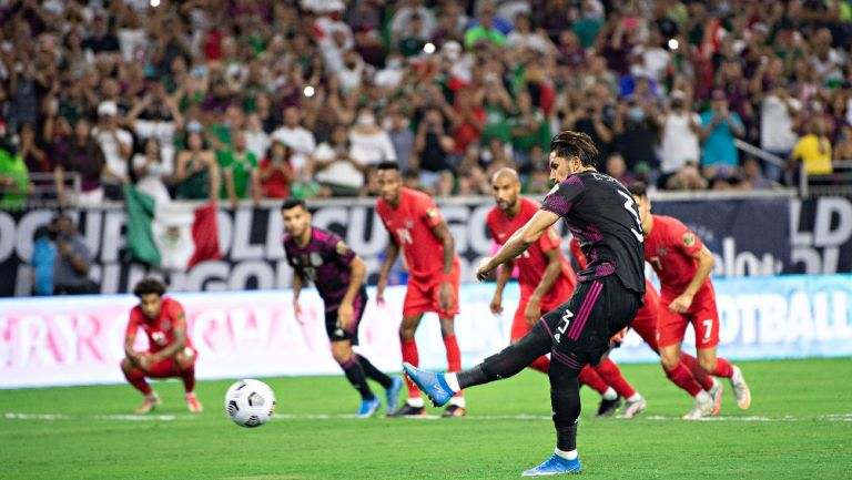 Carlos Salcedo en penal fallado vs Canadá