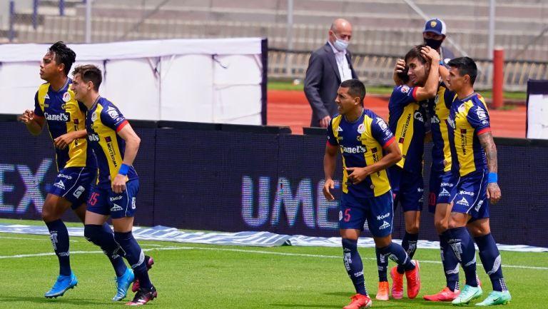 Jugadores del San Luis celebran un gol vs Pumas