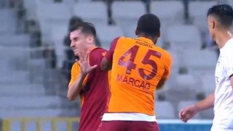Video: Jugador del Galatasaray expulsado de partido por golpear a un compañero