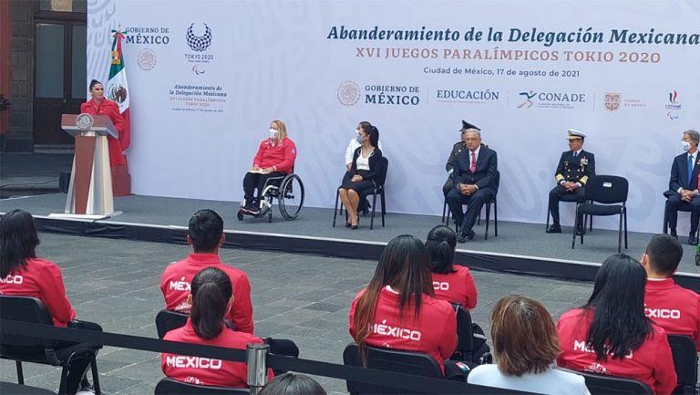 Ana Guevara da su discurso en el abanderamiento