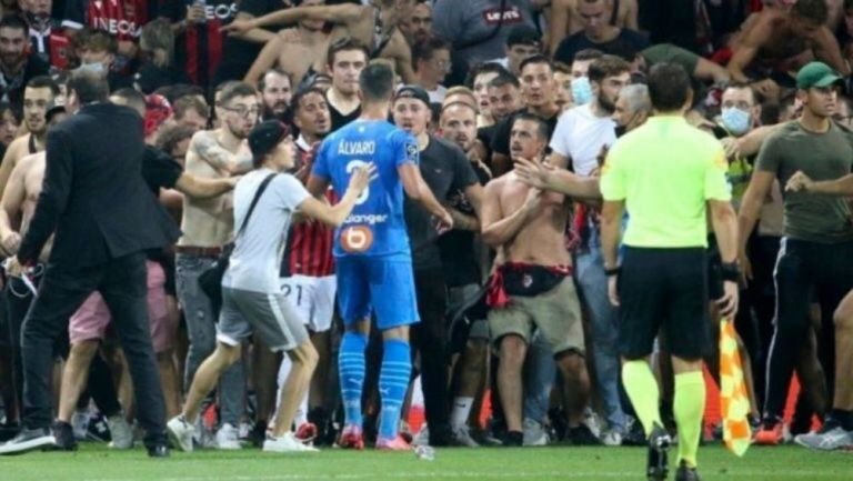 Enfrentamiento entre Álvaro e hinchas