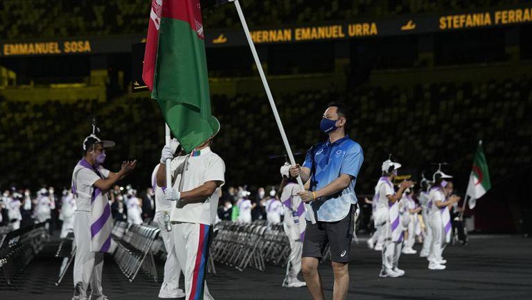 La bandera de Afganistán en el desfile de Paralímpicos