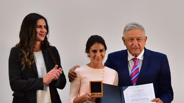 Paola Espinosa junto a Guevara y AMLO