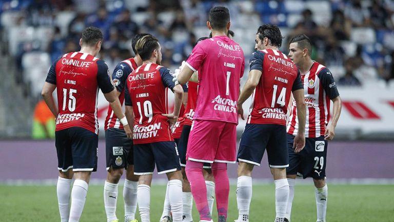 Jugadores de Chivas en el partido contra Rayados