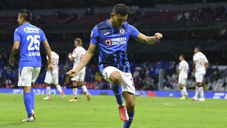 Orbelín Pineda festeja un gol con Cruz Azul