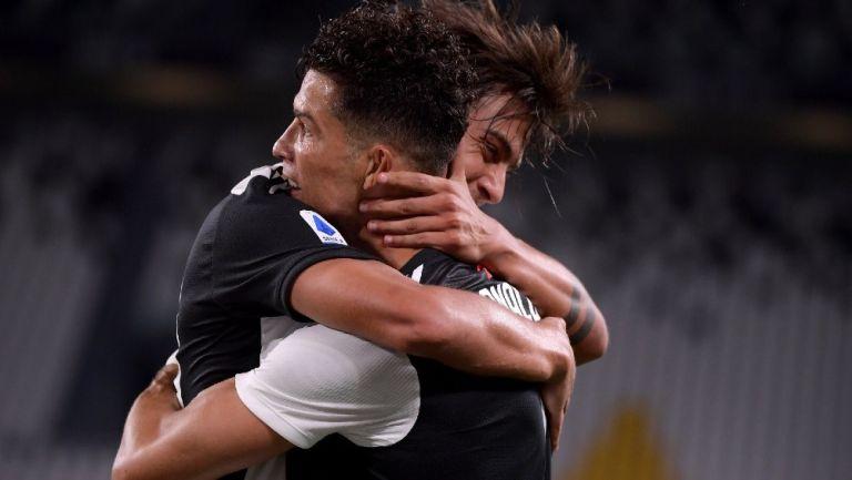 Paulo Dybala y Cristiano Ronaldo se abrazan durante partido