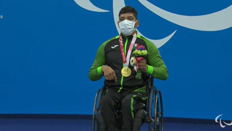 Jesús Hernández posa con la medalla de Oro