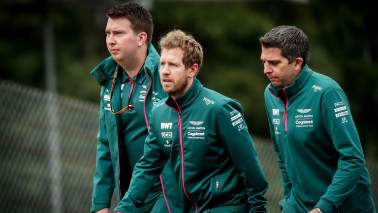 Sebastian Vettel con su equipo previo a competencia