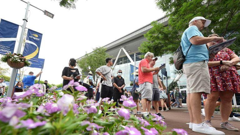 Aficionados hacen fila para ingresar a un juego del US Open