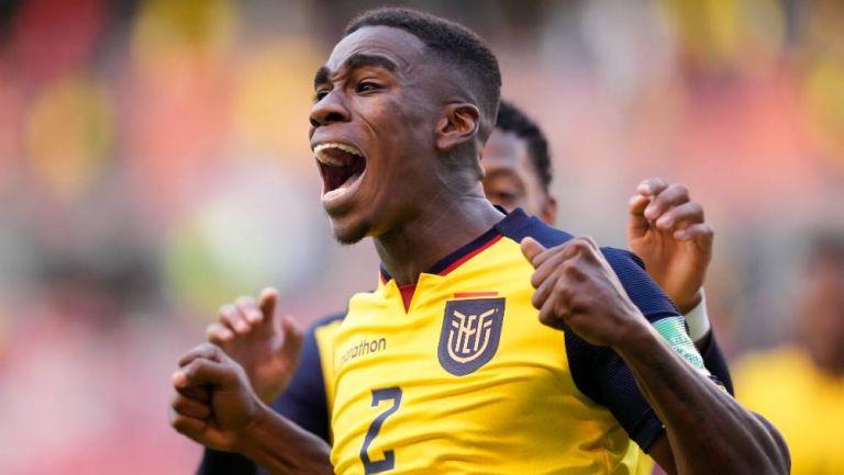 Félix Torres celebrando el gol de Ecuador