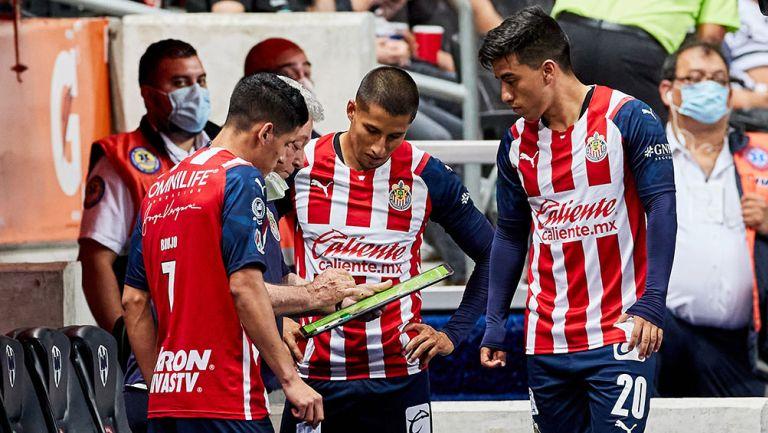 Carlos Cisneros y otros jugadores reciben indicaciones de Vucetich